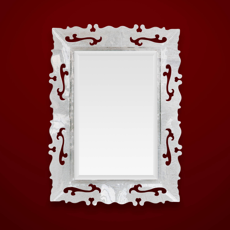 foto di uno specchio in vetro bianco su fondo rosso bordeaux veneziano