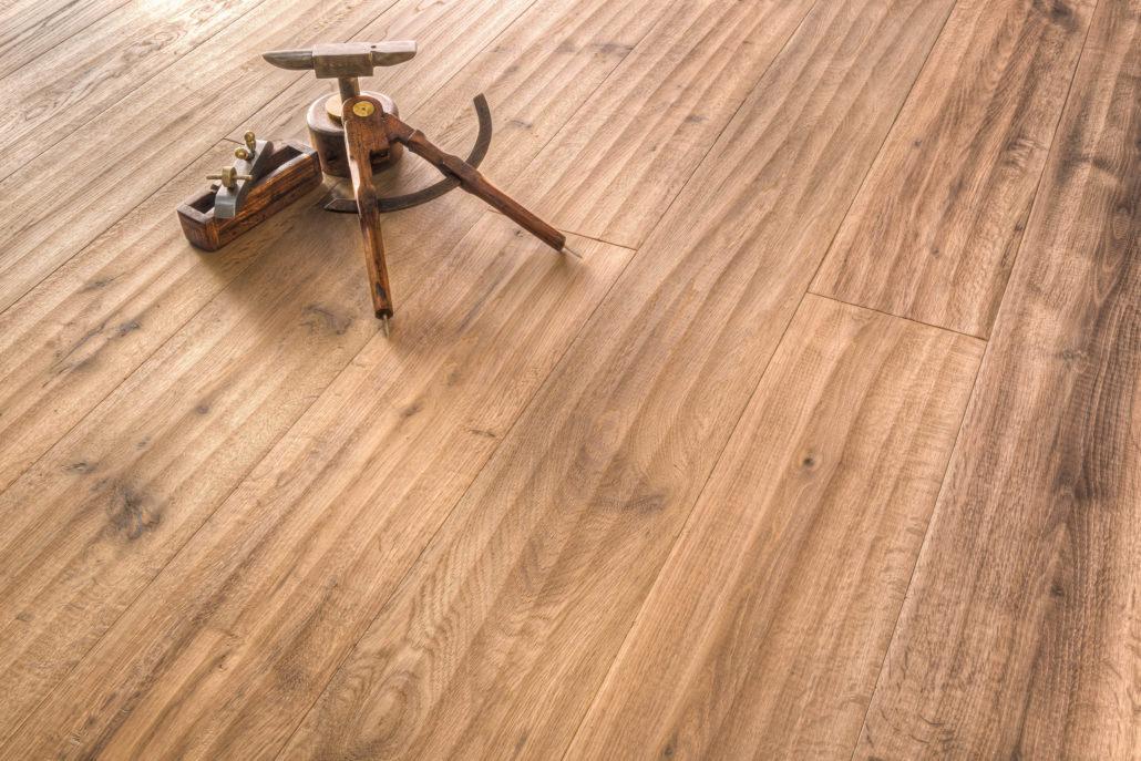 pavimento in vero legno parquet piallato a mano con sopra strumenti da falegname