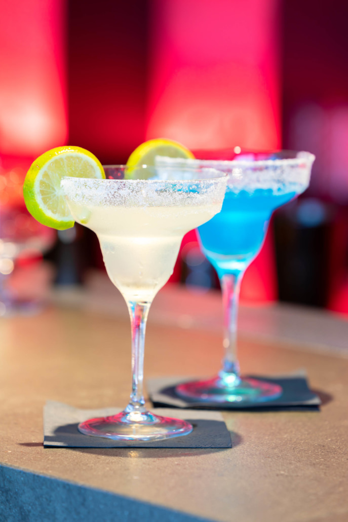 Fotografo cocktails su fondo rosso ambientati bicchieri bar