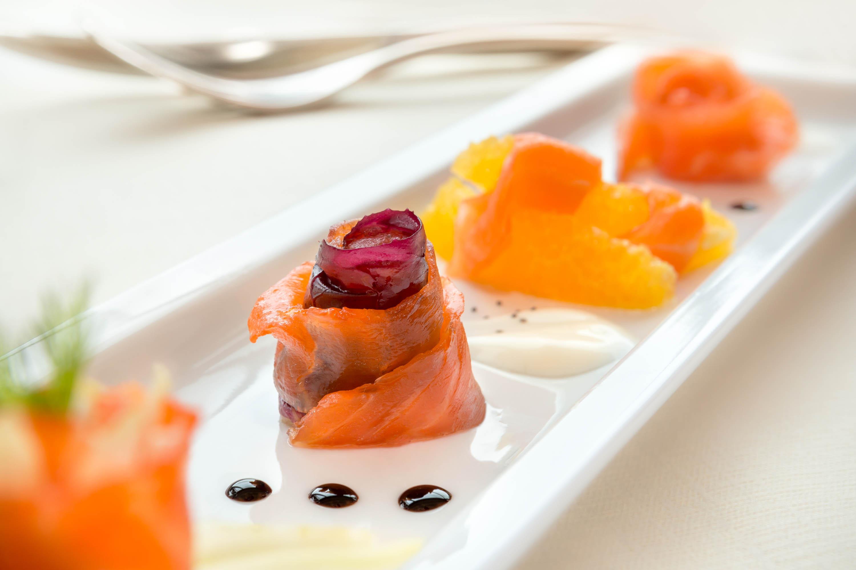 Fotografo di piatto sushi pesce crudo