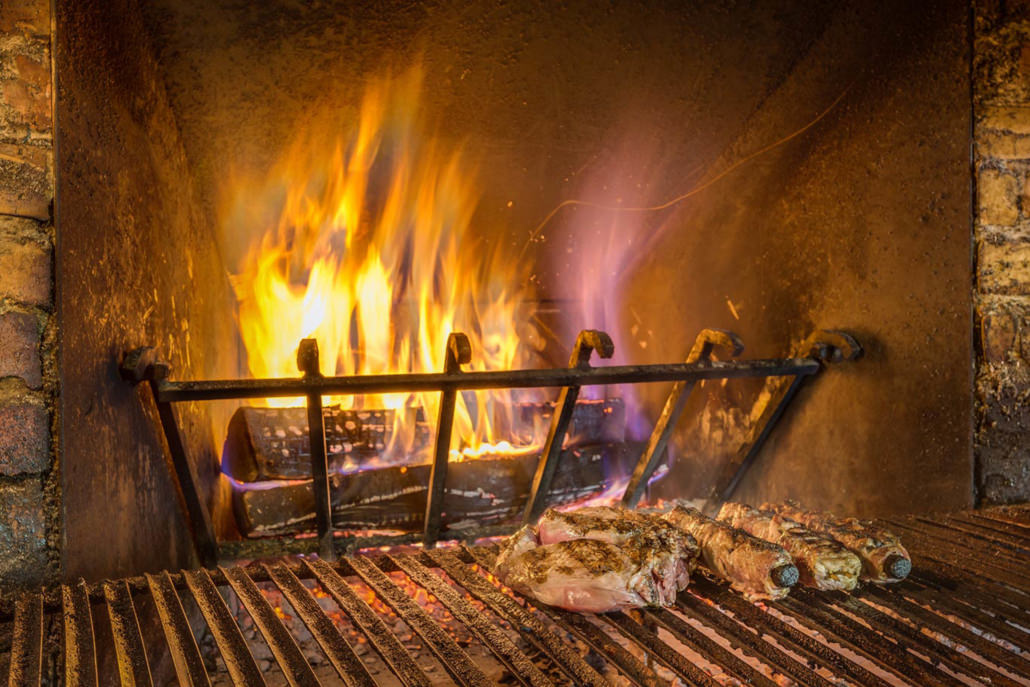 Fotografo Ristorante foto caminetto acceso con carne alla brace