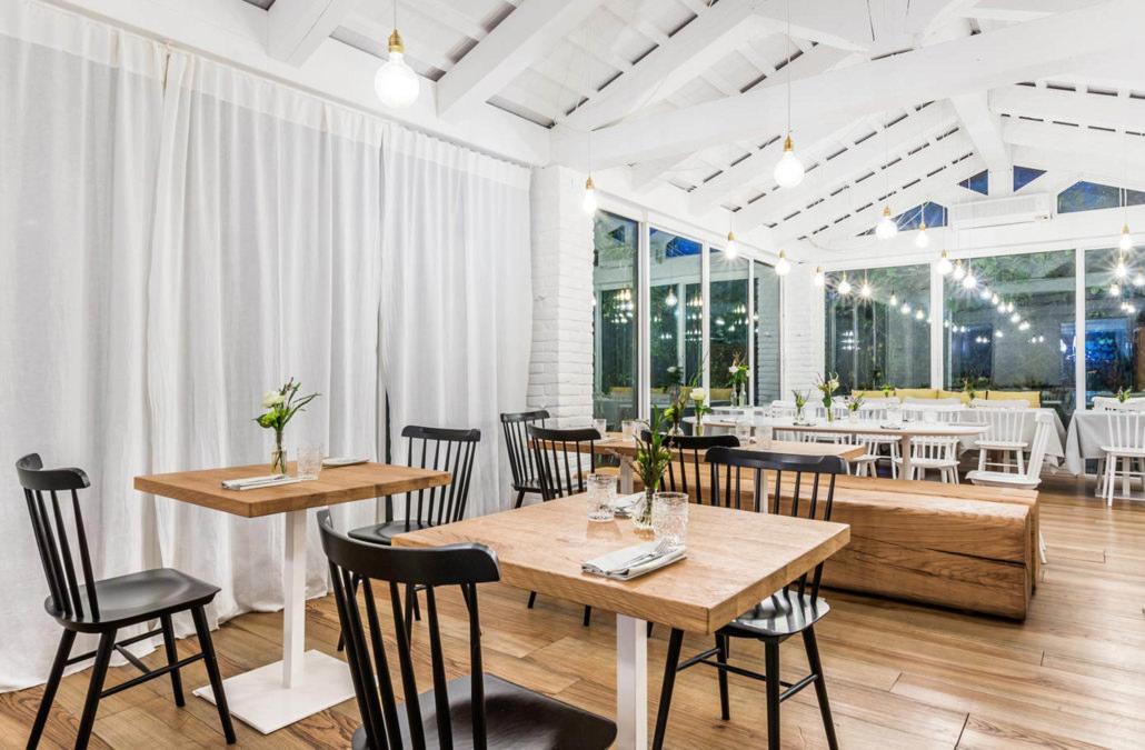 Fotografo Ristorante bistrot serale con grandi vetrate e arredamento bianco