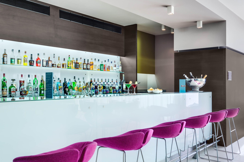 Fotografo Ristoranti design diagonale del bancone con sgabelli viola e bottigliera