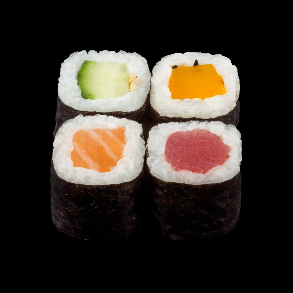 Fotografo sushi pesce pezzi crudi con riso bianco su fondo nero o bianco