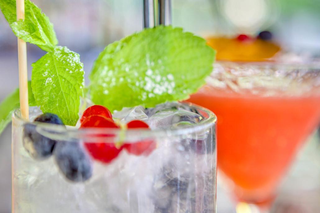 Servizi fotografici cocktail freschi alla frutta still-life ambientato verde rosso arancione con ribes