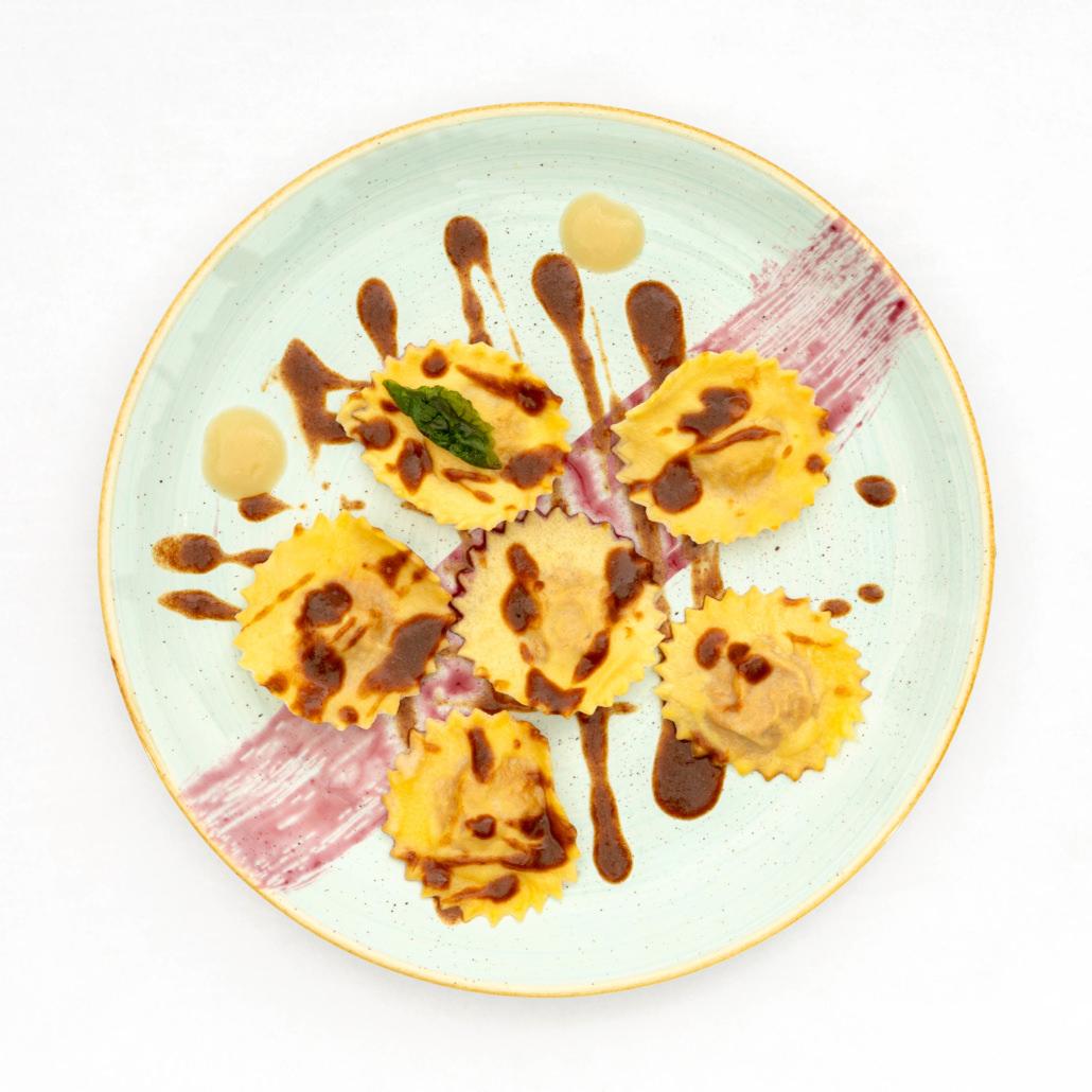Servizi fotografici di piatto ravioli con salsa design