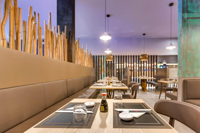 Servizi fotografici ristorante foto del tavolo in primo piano con sushi giapponese sullo sfondo