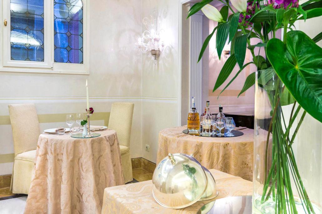 Servizi fotografici ristorante fotografia ristorante stellato tavolo di servizio e coperti