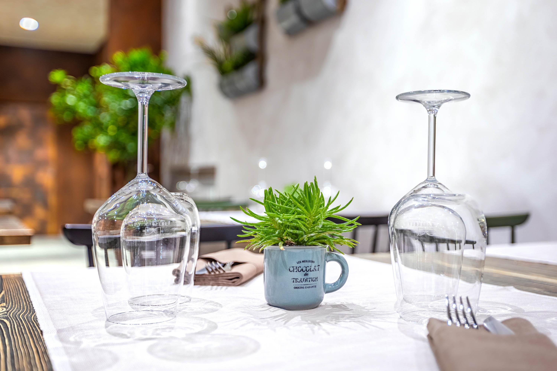 Servizi fotografici ristorante con tavola minimalista e bicchieri da vino