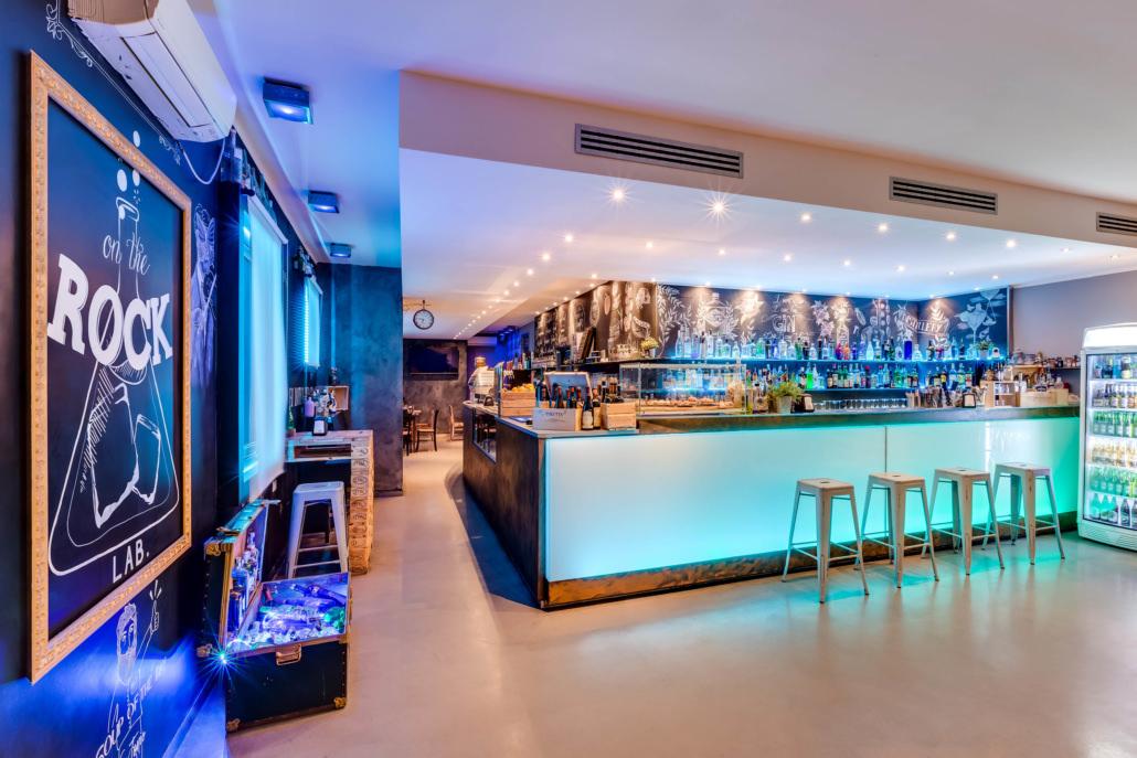 Servizi fotografici ristoranti foto ingresso bar serale illuminato a led con lavagna e luci blu viola verdi