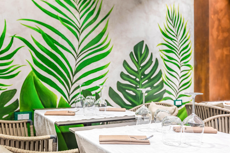 Servizi fotografici ristoranti fotografia mise en place ristorante di design con grafiche a muro verdi e ruggine