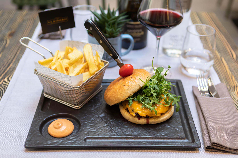 Servizi fotografici ristoranti piatto di patatine fritte con salsa e hamburger gourmet