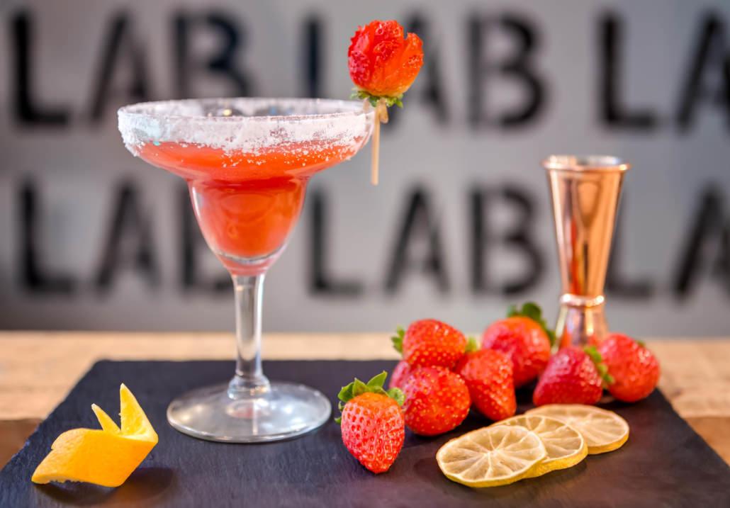 Servizio fotografico cocktail composizione still-life bar con fragole e scorza di limone
