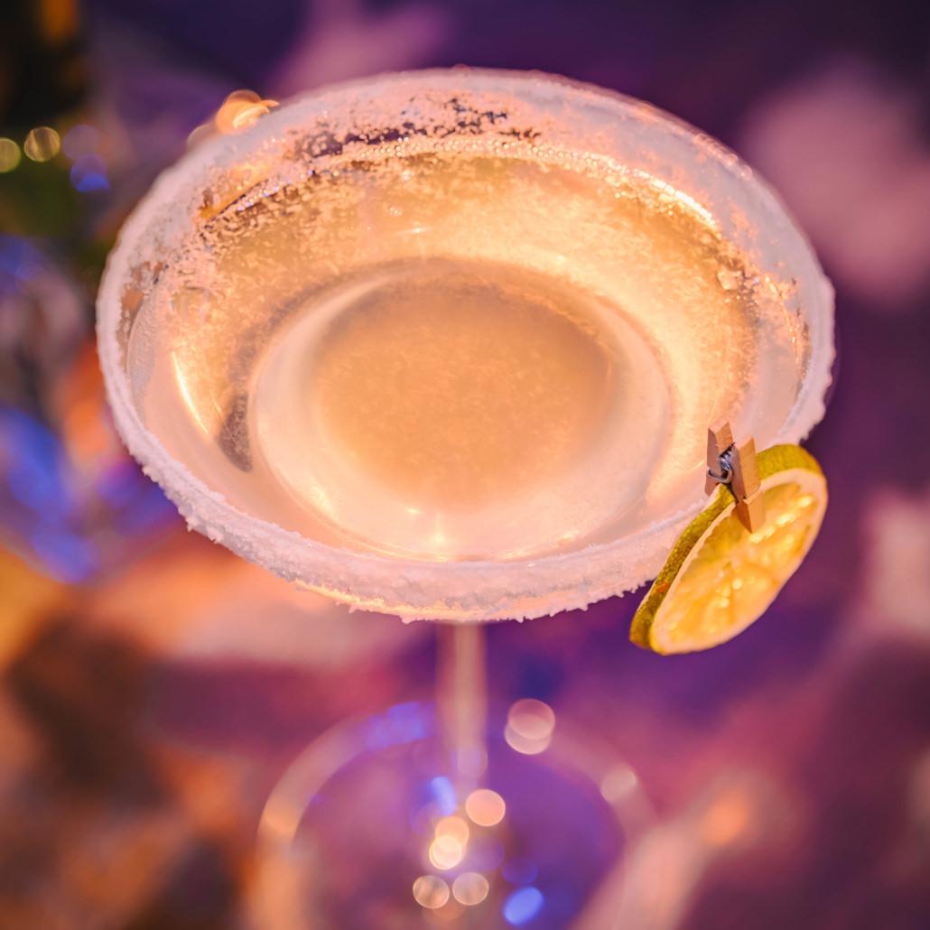 Servizio fotografico cocktails macrofotografia bicchiere sfondo viola lume di candela