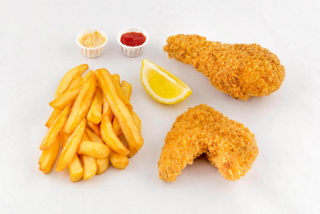 Servizio fotografico food di frutto misto fish and chips composizione su fondo bianco con salse
