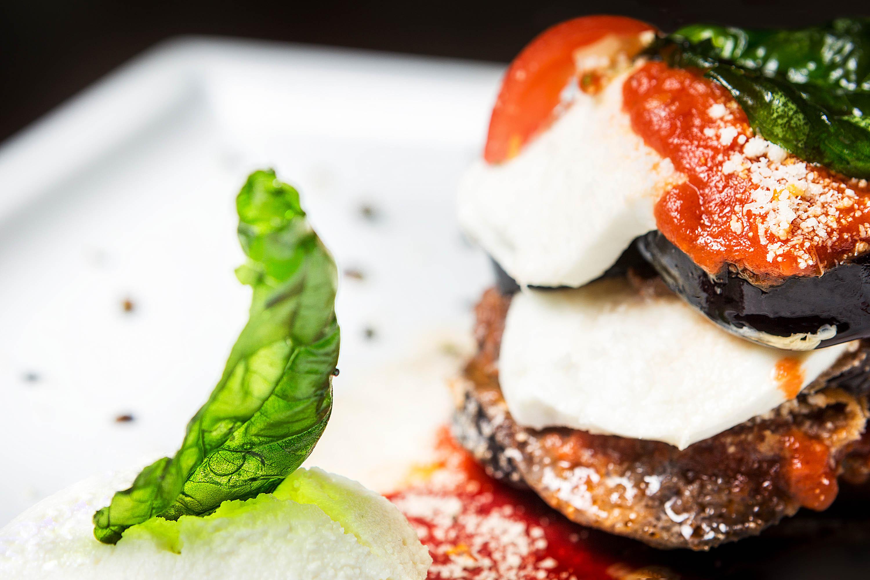 servizio fotografico a piatto di parmigiana di melanzane tricolore