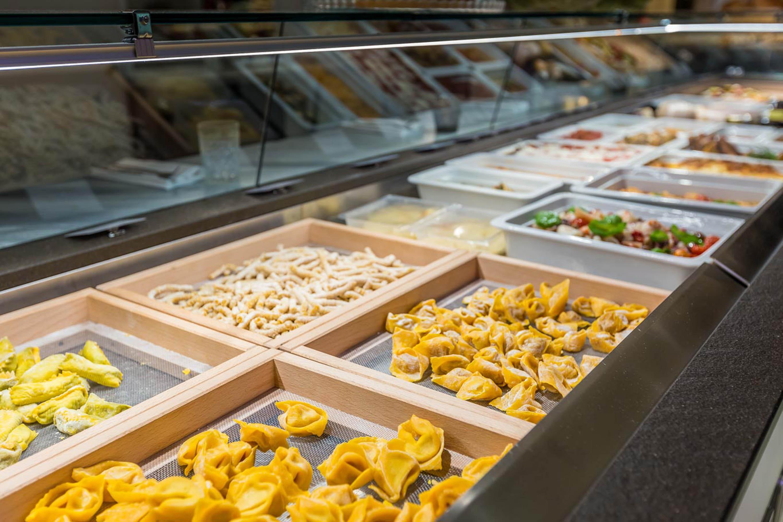 Servizio fotografico ristorante con banco alimentare da asporto gourmet