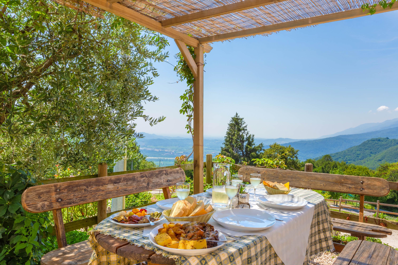 Servizio fotografico ristoranti foto con vista panoramica tavola imbandita carne e prosecco