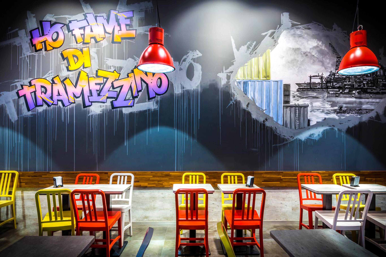 Servizio fotografico ristoranti con parete grafica ho fame di tramezzini rosso giallo e viola