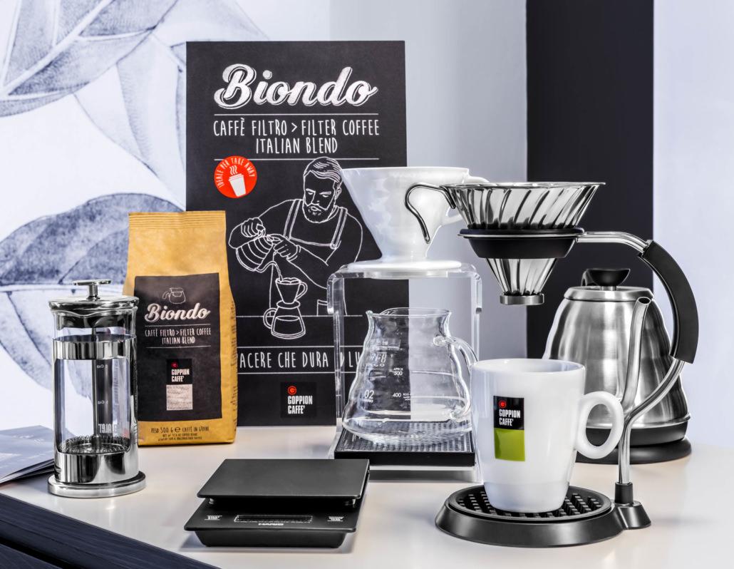 Set di accessori per il caffe, bollitore in alluminio, caraffa in vetro e filtri a piramide della goppion caffè